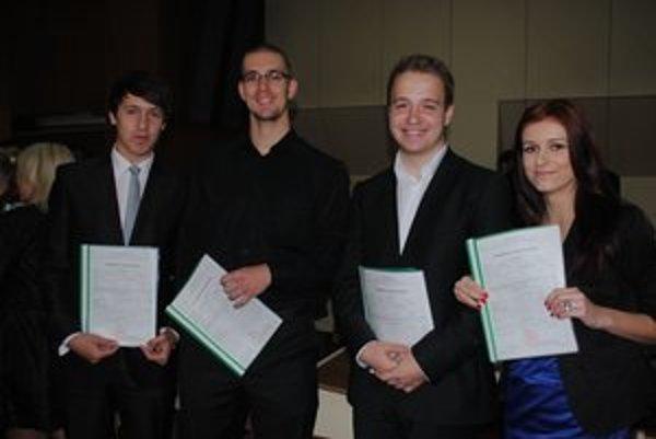 S vysvedčením. Richard Michalenko (zľava), Marek Babjak, Filip Macháček a Antónia Žinčáková.