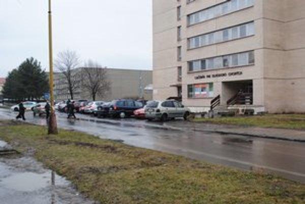 Miesto nehody. K zrážke došlo pri budove LDCH po jednej popoludní, keď je pri budove rušno. Okolo prechádzajú nielen pacienti, ale aj školáci.
