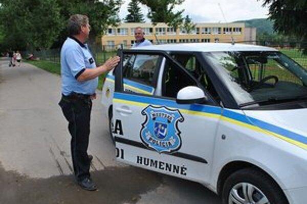 Ostražití. Humenskí mestskí policajti venujú zvýšenú pozornosť okoliu základných a materských škôl.