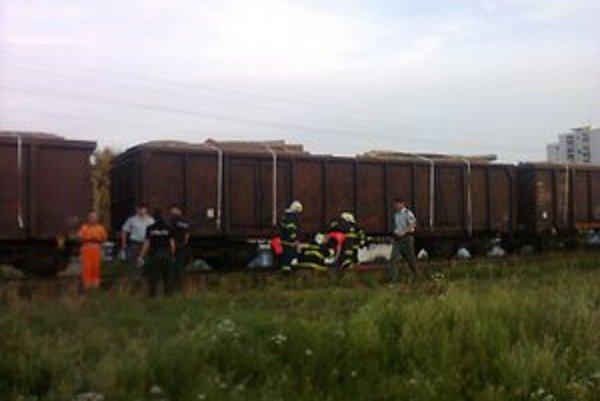 Boj o život. Záchranári a hasiči ho začali priamo na trati, kde zostal mladík ležať.
