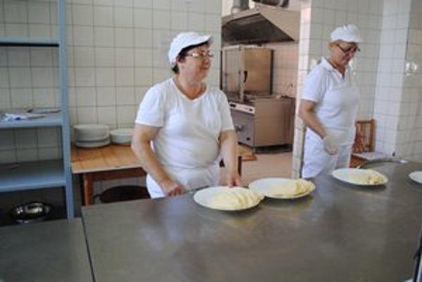 Skúsená kuchárka. Terézia Petková (vľavo) hovorí, že deti si stravovacie návyky prinášajú z domu.