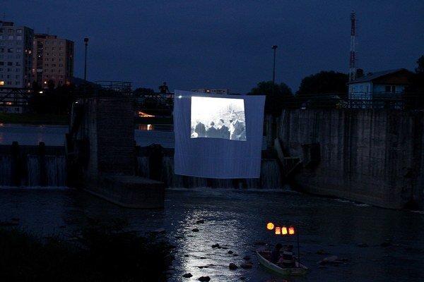 Benátska noc. Po Laborci plávali loďky s lampiónmi. Na plátne premietali amatérsky filmový dokument o meste z roku 1932, dobové pohľadnice a fotografie z rodinných albumov, zo záznamu zneli výpovede pamätníkov...