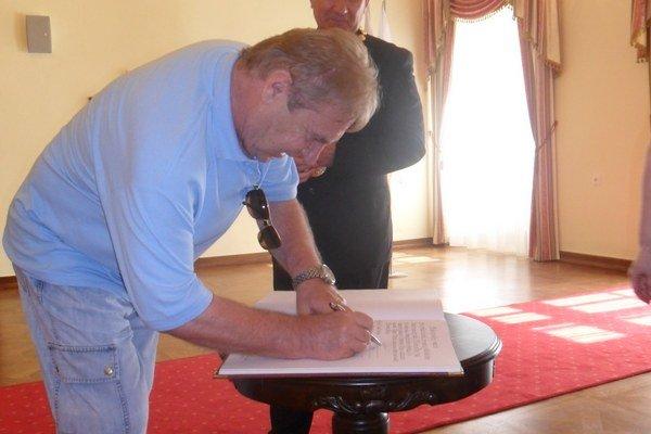 Pamätný zápis. Do knihy mesta Snina sa podpisom zvečnil aj Ladislav Petráš.