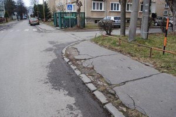 Z desiatich chodníkov sú štyri najkritickejšie na najstaršom sídlisku v meste.
