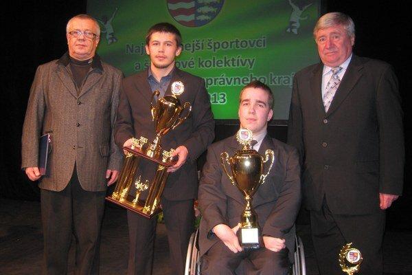 Ocenení. Zľava Ing. Ján Grosiar (športový riaditeľ ŠK Chemes Humenné), Mykola Bolotnyuk, Samuel Andrejčík a Ing. Stanislav Rehúš (predseda Správnej rady VK Chemes Humenné).