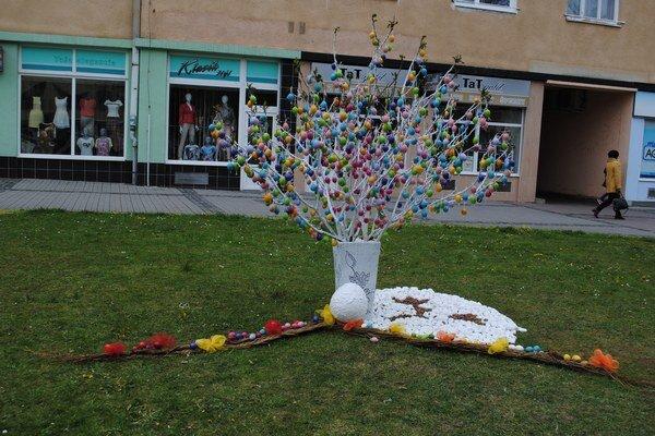 Veľkonočný strom. Visí na ňom tisíc kraslíc.
