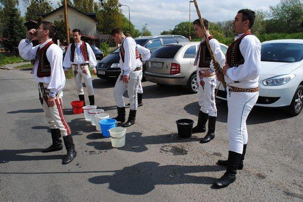 Pripravení. Chlapci z FS Chmenlon naplnili vedrá vodou z neďalekého Laborca.