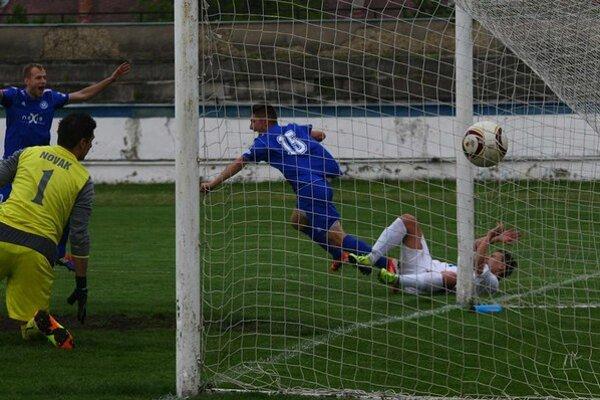 Prvý gól. Igor Lovska (č. 15) sa teší zo svojho premiérového humenského gólu, ktorým otvoril účet stretnutia Humenné - Moldava (2:0).