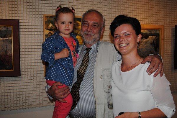 Miroslav Capovčák. S učiteľkou zo svojej umeleckej školy Dominikou Chvostaľovou a jej dcérkou Nelkou.