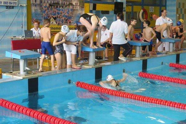 Humenské preteky. V našom bazéne sa zišli 9 a 10-roční plavci.