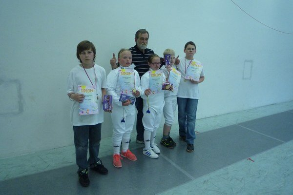 Šermiarske talenty. Zľava Tomáš Bednár, Matej Kohút, Tamara Kohútová, Ľubomír Hunčár a Tomáš Petro s trénerom Kazíkom.