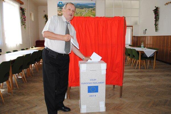 Andrej Čornanič. V Hostoviciach bol predsedom Okrskovej volebnej komisie. V obci volilo 27 voličov z celkového počtu 257.