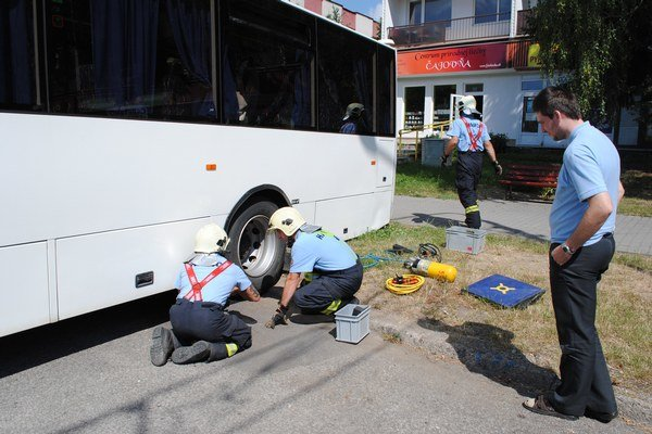 Zaseknutý autobus. Vodičovi museli pomáhať hasiči.