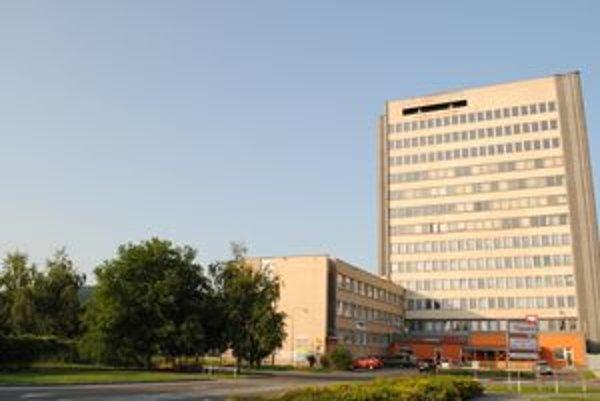 Daňový úrad v Humennom sídli na štyroch horných poschodiach tejto budovy.