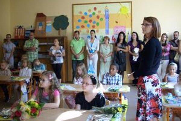 Nikto neplakal. Pani učiteľka Soňa Smoleková mala z prváčikov radosť. Všetci sa do školy tešili.