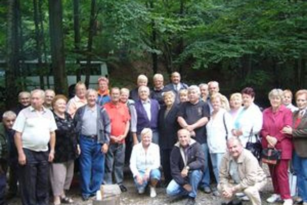 Spomienka. Na spoločnej fotografii účastníci stretnutia.