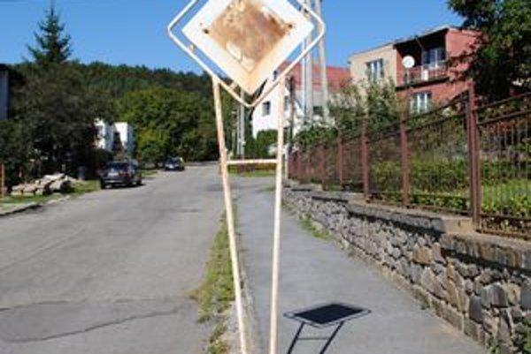 """Najhoršia. Taká je v našom hodnotení značka """"Hlavná cesta"""" na Šmidkeho ulici."""