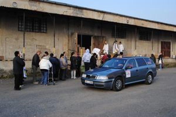 Mnohí si odviezli pomoc taxíkom.