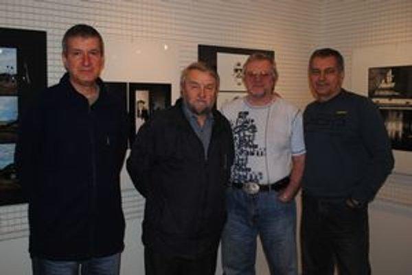Na výstave. Fotografie vystavujú aj (zľava) Ľudovít Hruška, Filip Harčarik, Ľubomír Marko a Jozef Feigl.