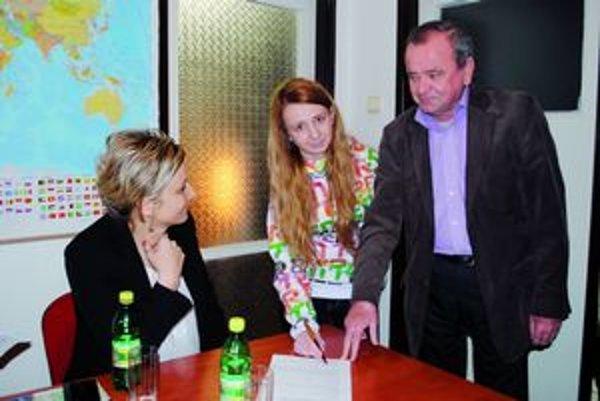 Prvodarkyňa – výherkyňa. Zuzana Kopťárová pri podpise prihlášky do vodičského kurzu.