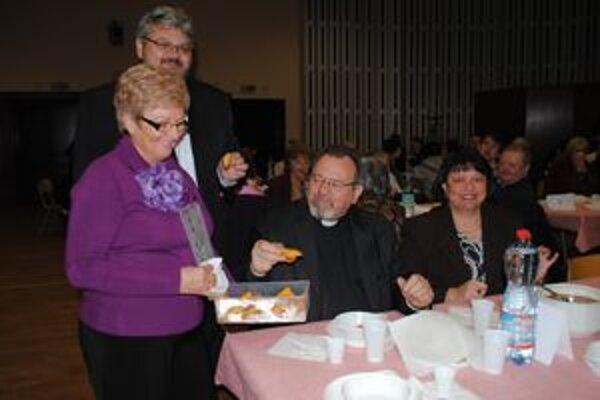 Otec Peter Humeník s manželkou. Správca pravoslávnej cirkevnej obce v Humennom nechýbal ani na jednom svjatom večure.