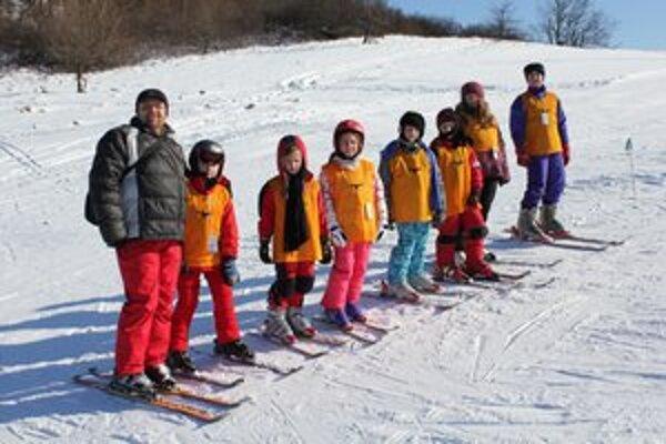 Rozdelení do družstiev. Napredovali všetky kategórie lyžiarov.