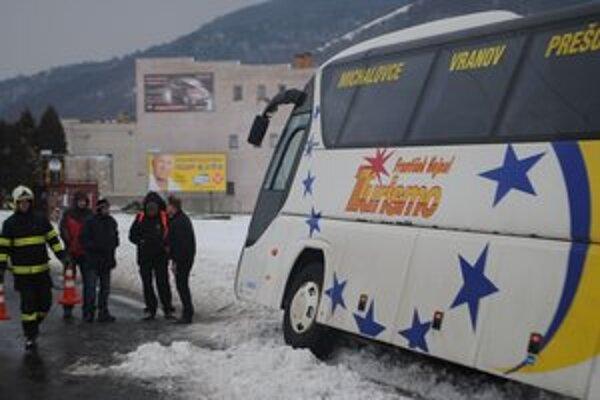 Vyvrátený autobus. Vytiahli ho s Tatrou 815 hasiči z Humenného.