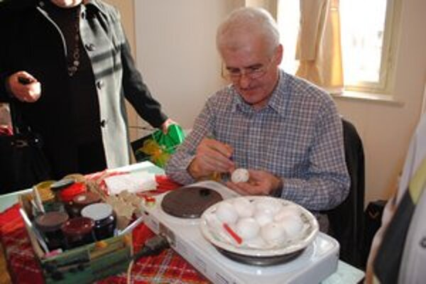 Michal Pasternák. Rodák z Ruskej Kajne, pravidelný účastník výstav, zdobí kraslice tradičnou technikou už 35 rokov.