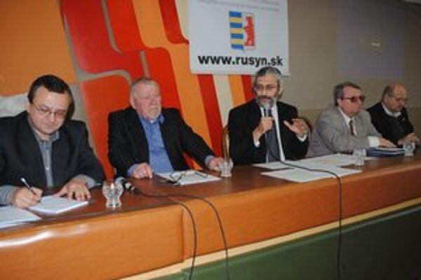 Prednášali o Rusínoch, národnostných menšinách a ich právach. Alexander Duleba (zľava), Miroslav Kusý, Grigirij Mesežnikov, Stanislav Konečný a Marián Gajdoš.