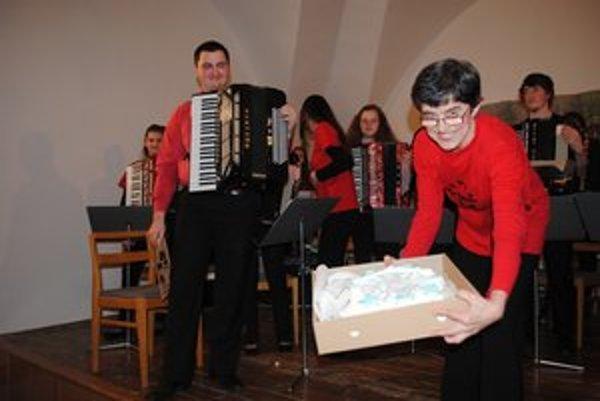 Ján Ferko. Na absolventskom koncerte si zahral s Akordeónovým orchestrom Rondo. Odmenou bol potlesk a torta.