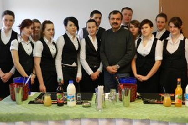 Na barmanskom kurze. Europraktikanti absolvovali barmanský kurz.