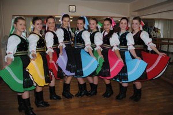 Tanečnice z Kolovrátka. Nedávno sa premiérovo predstavili v nových krojoch.
