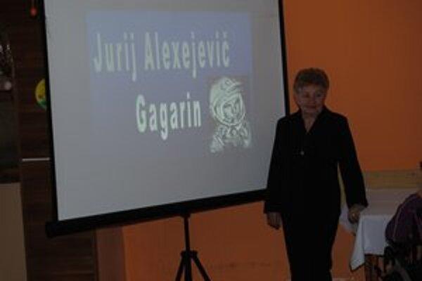 Anna Proroková (druhá sprava) tancovala s Gagarinom. Na snímke so žiakmi obchodnej akadémie, ktorí pripravili pre seniorov prezentáciu letov do vesmíru.
