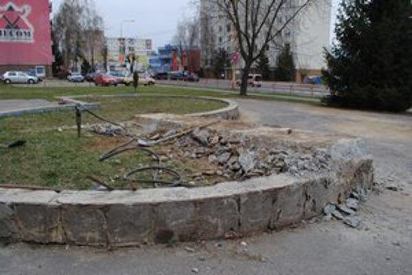 Fontánu búrajú. Na mieste fontány bude kvetinový záhon a lavičky.
