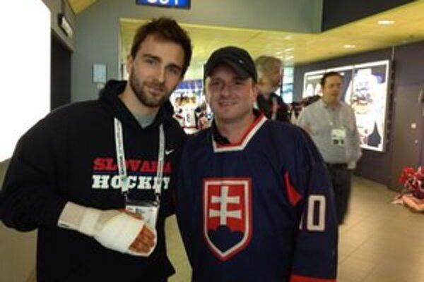 S Dominikom Graňákom. Martin Palenčík (vpravo) a jeden z hokejových slovenských (zranených) hrdinov.