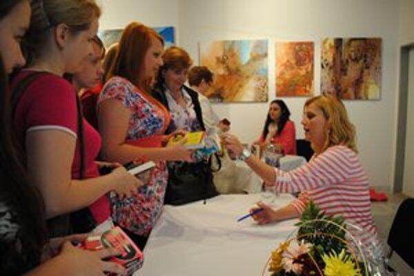 Autogramiáda. Knihy sa dali aj kúpiť, a tak Evita podpisovala, podpisovala...