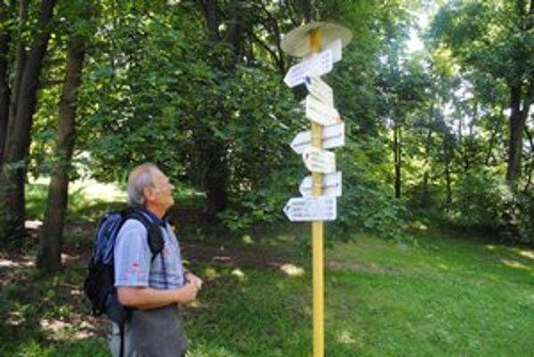 Michal Kirschner pri smerovníku pod skanzenom v humenskom parku.