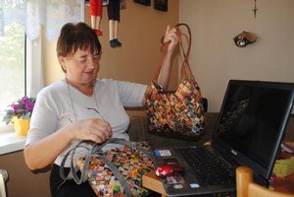 Helena Vajsová. Vyrába kabelky z papiera.