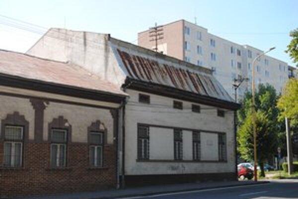 Nástrešník je na streche budovy, kde sídli štátny archív.