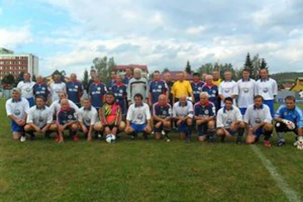 "Futbalová oslava. Obstarali ju Internacionáli MŠK Spartak Medzilaborce a Ligové ""Hviezdy východu""."
