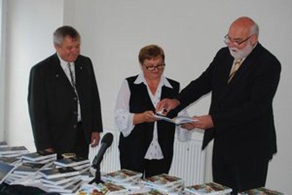 Jana Kababiková a Karol Lacko ich posypali brezovou kôrou a cukríkmi. Autor M. Cerula (na snímke vľavo).