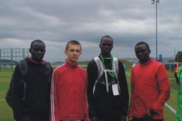Ján s Keňanmi. Zľava Edwin Melly, Ján Kačur, Nicholas Koech a Timothy Sein.