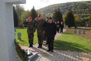 Vzdali  úctu. Veniec k centrálnemu krížu na vojenskom cintoríne v Čabinách položil aj vojenský atašé Veľvyslanectva Spolkovej republiky Nemecko Lars Ukerwitz.