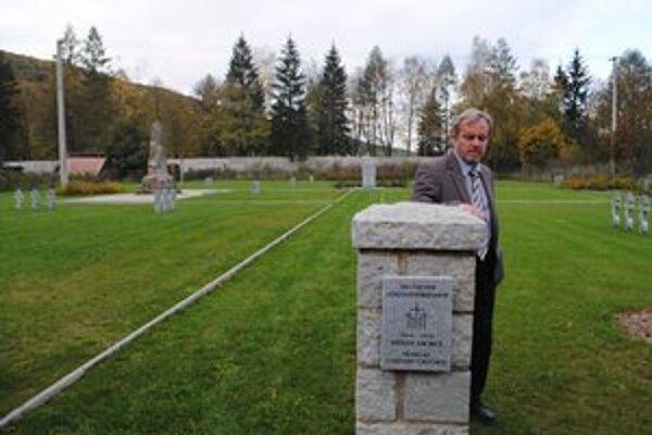 Fritz Kirchmeier z Nemeckého ľudového zväzu starostlivosti o vojenské hroby na obnovenom nemeckom vojenskom cintoríne v Medzilaborciach, ktorého obnovu zväz financoval.