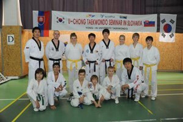 S kórejskými majstrami. Členovia Black Tiger Snina na seminári.