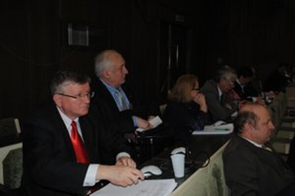Poslanci Ivan Hopta a Milan Mňahončák. Na aprílovom zasadnutí mestského zastupiteľstva ešte sedeli vedľa seba.