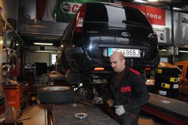 V pneuservise. Majú plné ruky práce s prezúvaním pneumatík.