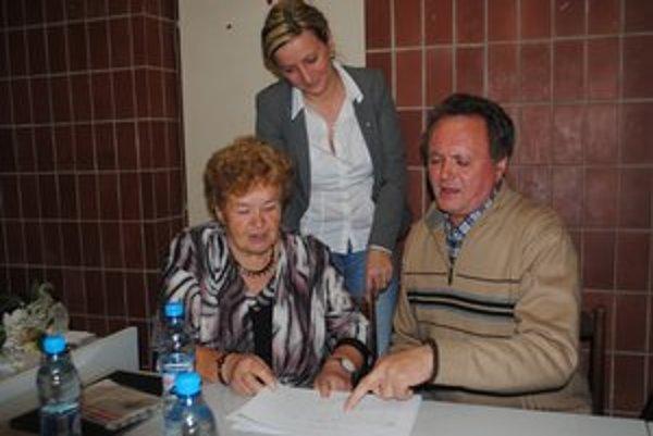 Do ktorej obce koľko. Silvia Knapiková, Mária Onušková (vľavo) a Jozef Petrovčin upresňujú počty balíčkov.
