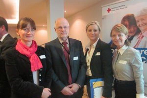Na konferencii v Bruseli. Silvia Kostelná (sprava) z ústredia SČK z Bratislavy, Staffan Nilsson, Silvia Knapiková a Oľga Szalmová.
