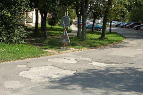 Cesta na Ulici Na karasiny je v zlom stave, mesto má jej opravu v pláne